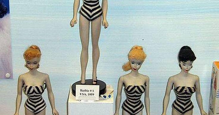 Como Desenhar Sua Própria Linha de Roupa para a Barbie. Desde que ela foi criada em 1959, Barbie se tornou a boneca mais famosa e reconhecida no mundo. Pessoas de todas as idades podem criar suas próprias roupas para a Barbie. Ao desenhar sua própria roupa para a Barbie, a Barbie não vai ser pega usando os últimos jeans da moda do ano passado. O melhor de tudo é que a sua boneca Barbie vai usar a sua ...