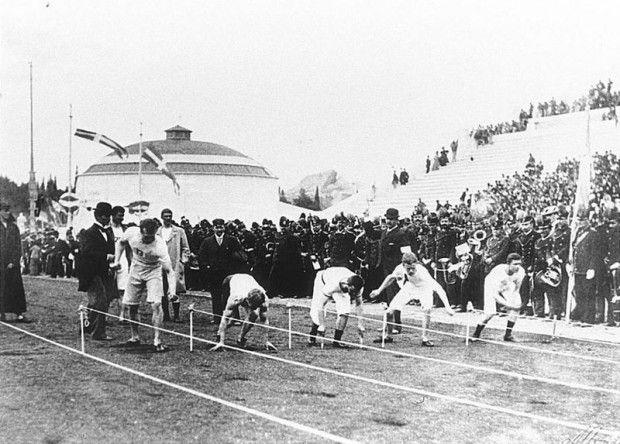 La curiosa primera final de 100 metros lisos en los Juegos Olímpicos de 1896   Gracias al empeño y trabajo del barón Pierre de Coubertin se celebró en Atenas (del 6 al 15 de abril de 1896) los primeros Juegos Olímpicos de la Era Moderna.  El día 10 de abril se disputó en el Estadio Panathinaikó la final de la carrera de 100 metros lisos en la que se habían clasificado cinco atletas, cada uno de unas características muy distintas: los estadounidenses Tom Burke y Frank Lane, el alemán Fritz…