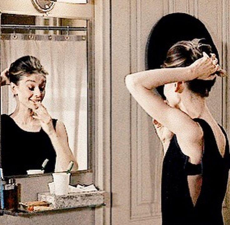 Смешные гифки про девушек с маской перед зеркалом, поздравлением днем