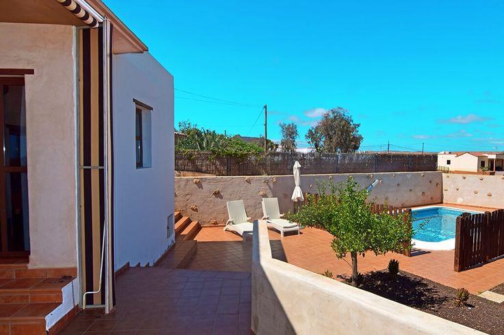 Description: Speels ingericht ruim vakantiehuis met privé zwembad en 3 slaapkamers geschikt voor 6 personen  790 m2 gezelligheid 90 m2 gezelligheid binnen en 700 m2 buitenleven; daar heb je de beschikking over als je Casa Alejandra bij Tuineje op Fuerteventura als vakantieadresje kiest. Er zijn 3 slaapkamers een ruime badkamer en een buitengewoon gezellige woonkeuken alles met gevoel voor stijl typisch Canarisch speels ingericht en ingedeeld. Vanaf de veranda kijk je de tuin met het zwembad…