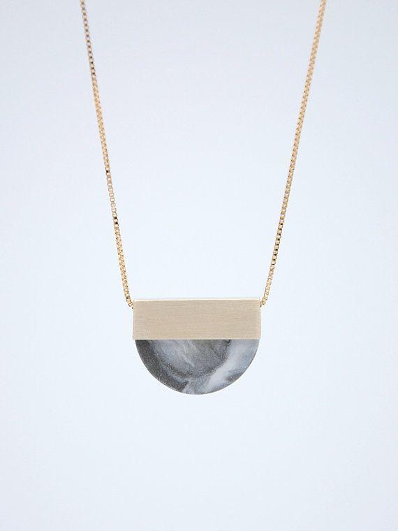 Fait à la main collier en porcelaine et laiton. OOAK-chaque pièce est sculptée à la main, légèrement variations peuvent être entre…