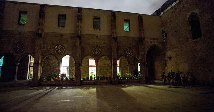 Découvrez les sordides secrets de Barcelone pendant deux heures de visite au crépuscule. Arpentez les rues des quartiers d'El Born et de La Ribera sur les traces des châtiments médiévaux, des spectres et des victimes de l'Inquisition espagnole.