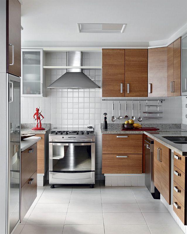 Cozinha neutra: cerâmica branca e armários laminados de peroba, da Dell Anno.