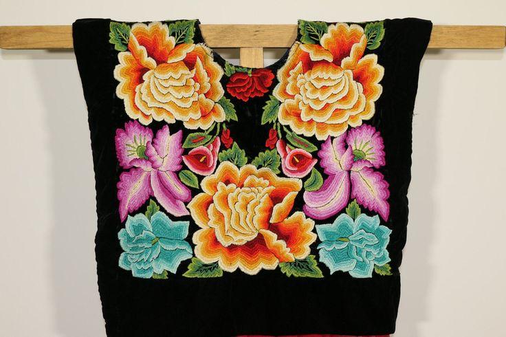 Huipil tehuana de colección: hermosa blusa VINTAGE mexicana, flores bordadas a mano con una fina técnica antigua sobre terciopelo negro de CadenillayFlores en Etsy