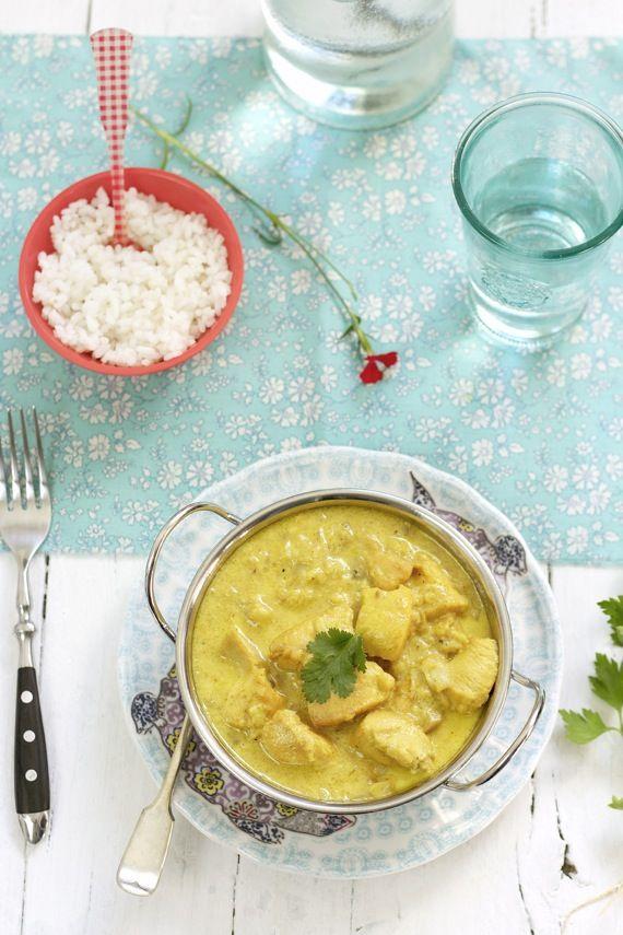 Curry de Pollo:  1 k. de pollo    2 cebolla medianas    150 gr. de champiñones    1 manzana    3 dientes de ajo    150 ml. de vino blanco    200 ml. de agua    150 ml. de leche    200 ml. de nata    4 cdtas. de curry en polvo (utilicé curry madrás)    Sal    Pimienta molida    Aceite de Oliva    Arroz (para acompañarlo)
