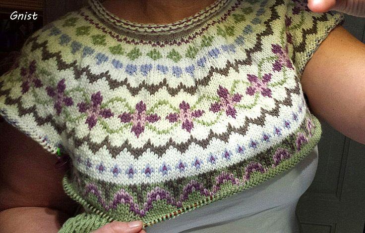 Jeg er nå ferdig med mønsteret på Grønn Kofte, fra forrige innlegg. Den er fremdeles i ferd med å bli test strikket da, men håper det skal g...