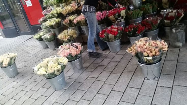 Dagen på Tjuvholmen starter med to traller varer som skal gås over og settes ut