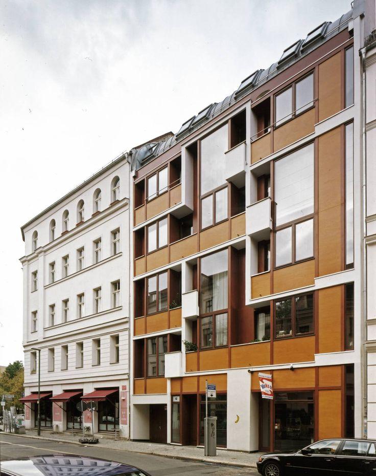 Stuck, hohe Decken und ein Dielenboden machen den Charme eines Altbaus aus. In Berlin ein Haus zu finden, das die Vorteile eines Altbaus mit den Vorzügen eines modernen Neubaus vereint, ist beinahe unmöglich. In Berlin-Mitte wurde diese außergewöhnliche Kombination von dem Architekturbüro HSH Architekten, das sich mittlerweile zu HS Architekten neu gruppiert hat, realisiert. Das Architekturbüro ist für seine räumlich überraschenden Konzepte bekannt und auf die Realisierung individueller…