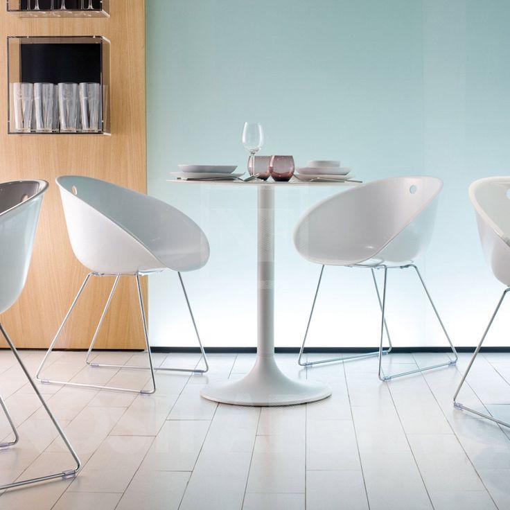 La sedia Gliss, che porta la firma d'autore di Claudio Dondoli e Marco Pocci per Pedrali, è caratterizzata da uno splendido contrasto di leggerezza e di robustezza. Adatta sia ad uso interno che esterno.
