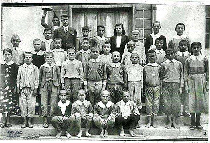 1930 lu yıllar...okula giden çocuklar...ama ayaklarında ayakkabısı olmayan çocuklar.