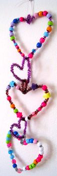 Valentine's Day craft for kids. Beaded heart garland, beads and pipe cleaners. #valentines day