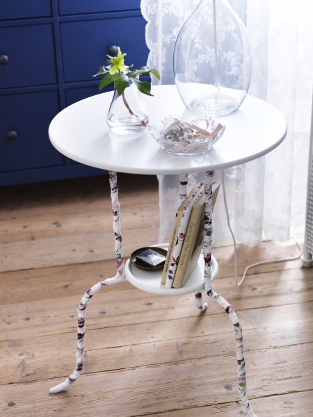 Décorez les pattes de cette table d'appoint LINDVED avec d'étroites bandes de tissu à motifs. Beaucoup de plaisir à petit prix !