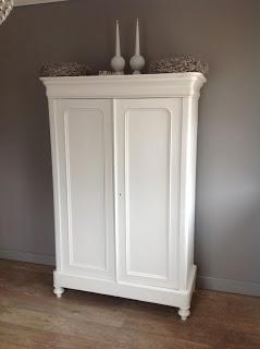 .kast staat mooi voor grijstint muur en op houten vloer