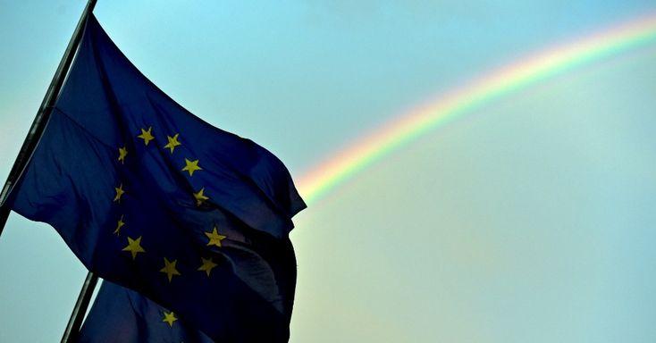 20150707 - Um arco-íris aparece atrás da bandeira da União Europeia durante cúpula de líderes europeus sobre a situação da Grécia, na sede do Conselho Europeu, em Bruxelas, na Bélgica, nesta terça-feira (7). A chanceler da Alemanha, Angela Merkel, assegurou nesta terça-feira que não haverá um perdão de dívida para a Grécia. PICTURE: Eric Vidal/Reuters
