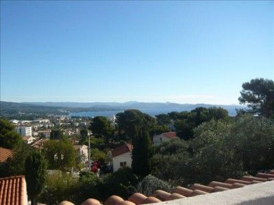 Sur les hauteurs de LA CIOTAT, ventespacieuse villa de 160m² habitables, composée de deux appartements de type 3 indépendants, avec terrasses vue mer. Terrain de 691m² avec piscine et dépendance am [...]