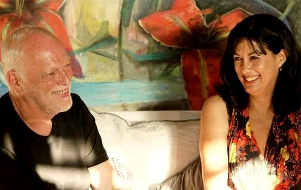 L'editoriale di Giulia Mastrantoni: aperitivo con il chitarrista dei Pink Floyd David Gilmour e sua moglie Polly Samson | Gli scrittori della porta accanto