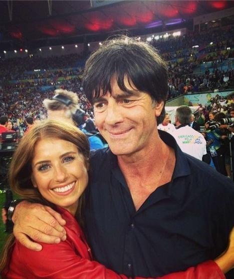 Hummels-Freundin Cathy Fischer knuddelt Bundestrainer Jogi Löw
