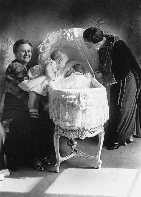 Koningin Wilhelmina met de prinsessen Beatrix en Irene en prinses Armgard, 1939