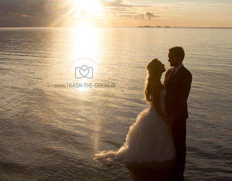 Bryllupsfotograf . Trash The Dress. Brudepar ved daggry. Brudepar i solopgang. bryllupsbilleder i havet. Bryllupsfoto på stranden.