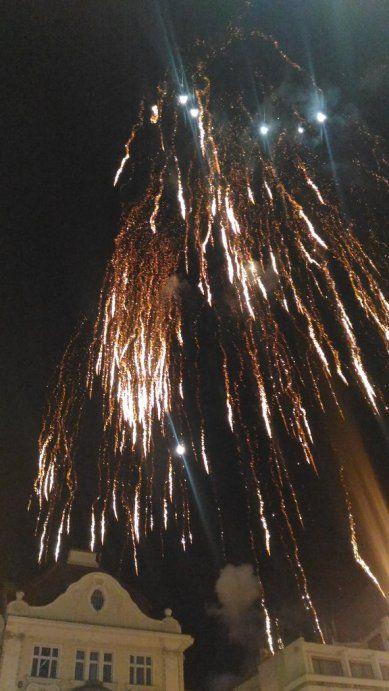 Na Nový rok připravil plzeňský centrální obvod na náměstí Republiky Novoroční oslavu zakončenou slavnostním ohňostrojem. Nejprve patřila plocha náměstí dětem, které si přišly užít svoji dětskou diskotéku, poté zcela zaplněné náměstí Republiky sledovalo barevnou třaskavou show.