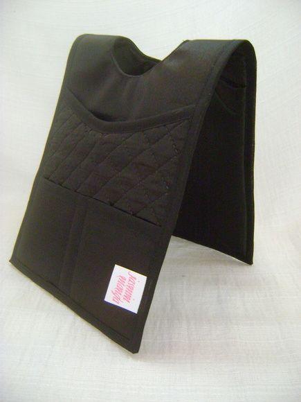 Lixeira dupla para colocar no câmbio do carro. Feita em tecido dublado, tem dois bolsos grandes e dois pequenos. Super útil.. R$ 49,00