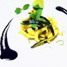 Tagliatelle di seppia grigliate, con zucchine e salsa al nero acidulata - Fresco Pesce