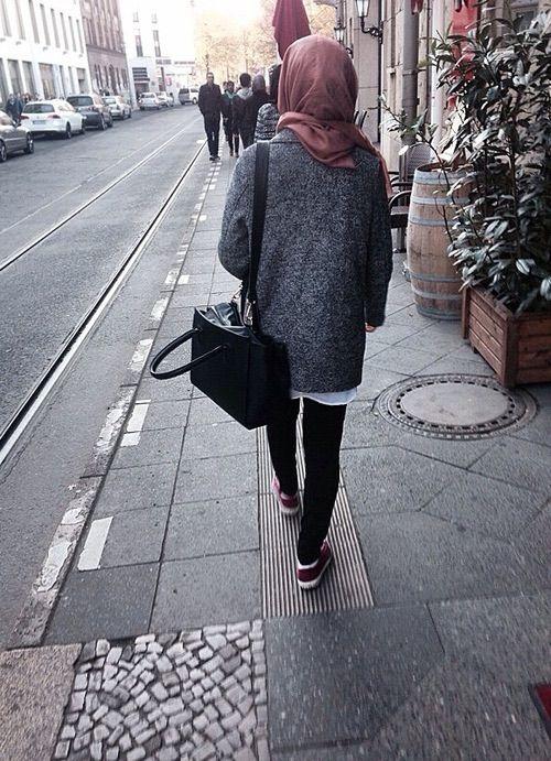 Minimal Chic Hijab _ We Heart It #black #girls #hijab #hipster #pink #scarf #shawl #style #walk #ootd #hijabis #jubah