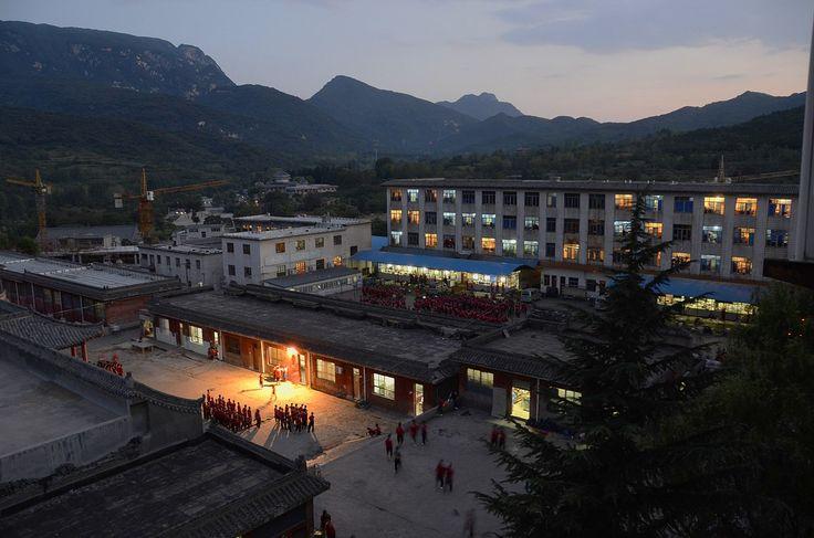 Корпуса академии боевых искусств вечером и вид на долину. Шаолинь (фото ВКонтакте Чжун Юань цигун на Новослободской)