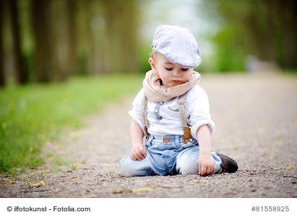 Aufnäher und Bügelbilder für kaputte Hosen ihrer Kinder - Oft sehen die Löcher so schlimm aus, dass als einziger Ausweg nur der Neukauf der Jeans in Frage kommt. Dabei vergessen Mütter aber oft, dass sie das Loch auch einfach mit einem coolen Aufnäher überdecken können. Löcher in Hosen und Jeans entstehen sehr einfach, da Kinder nicht besonders sorgfältig mit ihren Klamotten umgehen. Ein Sturz oder die zu starke Beanspruchung der Jeans beim Toben und schon ist es passiert.