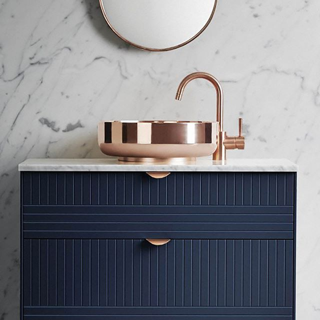 Mixer and bowl in copper, marble top and a navy blue cabinet underneath = great combo! Picture by @superfrontdotcom. #koppar #tvättställ #badrum #tapwell #superfrontdotcom #bathroom #bathroomdesign #copper #picoftheday