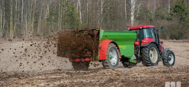 What kind of manure spreader is the best? What capacity choose?  This question asks himself every farmer who is looking for the most appropriate machine. Purchase of manure spreader is an investment for many years, so many factors should be taken into consideration before purchase. First of all counts quality, the type of chassis, the quality of used steel, the type of spreading mechanism and the size of the tires.