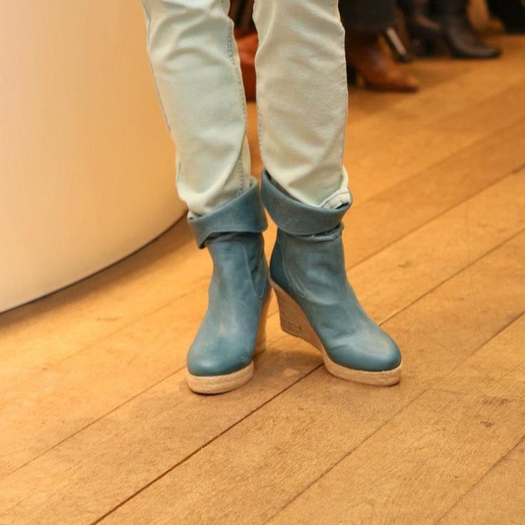Blauwe enkellaarsjes, ideaal om jouw witte zomers broek mee te combineren!