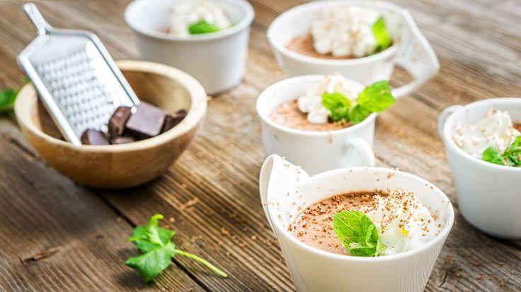 Letošní jaro si s teplým počasím zatím dává na čas, my tu pro vás ale už teď jako malou letní ochutnávku máme recept na lehký dezert. A než nastane hlavní sezona všeho ovoce, můžete smysly potěšit čokoládou.