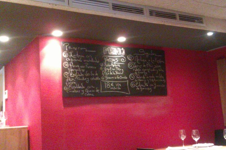Gracias a Sonia, gerente de La Tavina, hemos estado comiendo y disfrutando de un buen rato entre compañeras y entre vinos....La Tavina es un bar-restaurante-vinoteca situado en la famosa calle Laurel de Logroño.Se trata de un edificio de 3 plantas en la que la planta baja es bar de pinchos (el pinc