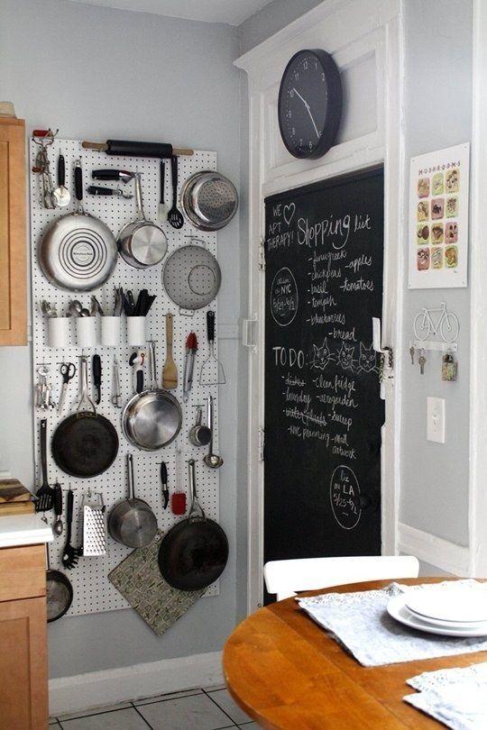 Monta un tablero de clavijas en una pared vacía para expandir exponencialmente el almacenaje de la cocina.