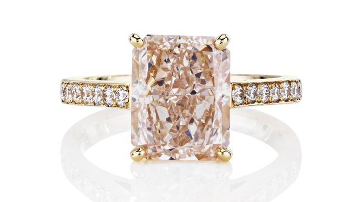 La bague 1888 Master Diamonds signée De Beers, ornée d'un diamant fancy rose taille cousin http://www.vogue.fr/joaillerie/le-bijou-du-jour/diaporama/la-bague-aura-double-halo-de-beers-collection-1888-master-diamonds/19358#!la-bague-1888-master-diamonds-signee-de-beers-ornee-d-039-un-diamant-fancy-rose-taille-cousin