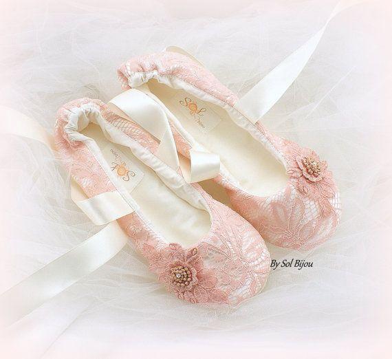 Machte auf Anfrage  ~ ~ ~ ALLE GRÖßEN SIND VERFÜGBAR ~ ~ ~  Dieses Paar Hochzeit Ballerinas Ballet ist absolut dekadent. Die Farbkombination ist feminin und so sehr schick! Die Wohnungen wurden mit rose Blush Spitze über Elfenbein Stoff gefertigt. Zarte rose Blush Spitzen Applikationen vervollständigen den Look. Die Wohnungen können mit Elfenbein, Champagner oder rose Fesselriemchen erfolgen.  1) völlig handgemacht  2) erstellt nach Ihren einzigartigen Messungen. Ich verwende keine…