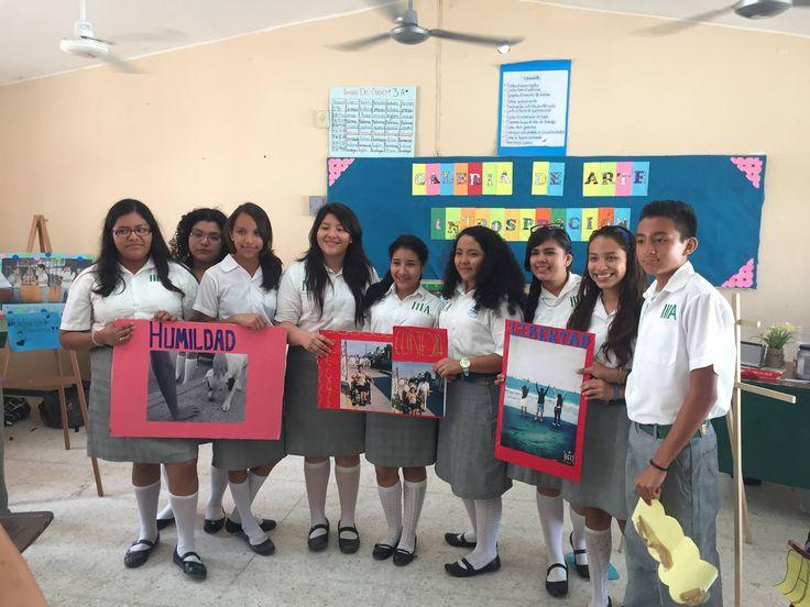 Alumnos mostrando fotografías con mayores puntuaciones