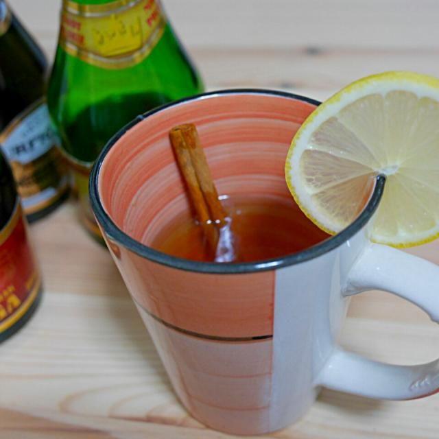 風邪で引きこもってたらタイミング良くミード(蜂蜜酒)を貰ったのでホットミードにしました。海外では風邪の子供に煮切って与えたりするようで、日本で言う卵酒みたいなもんですかね。 これの効果かは不明ですが、飲んで一晩寝たらかなり回復しました(^-^;) - 5件のもぐもぐ - ホットミード by tak21