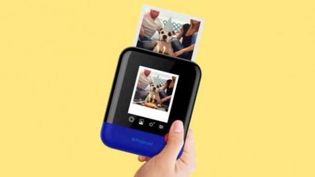 Ces 2017: Polaroid reinterpreta la stampa istantanea con Polaroid Pop e Plus Quello che si propone di fare la Polaroid, con i prodotti presentati al Ces 2017 è qualcosa di molto difficile: ormai si stampa molto poco, e quel che più di fa - degli scatti - è il condividerli onl #ces2017 #polaroid #fotocamera #istantpic