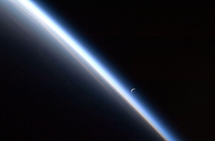 """""""Être capable de percevoir l'histoire inscrite en filigrane dans les formes, les ombres et les couleurs de notre planète revient un peu à posséder un sixième sens. Cela offre une perspective nouvelle ; nous sommes tout petits, plus encore que nous le pensions. Voilà qui ne doit pas nous effrayer, mais plutôt opportunément nous obliger à rabattre de la suffisance qui est la nôtre."""" Chris Hadfield, astronaute canadien"""