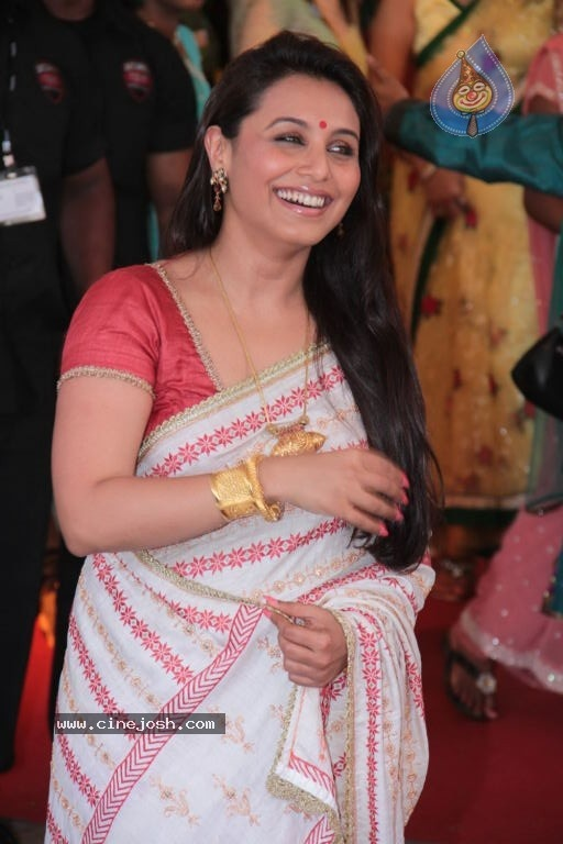 Rani charms in a simple, but beautiful saree.