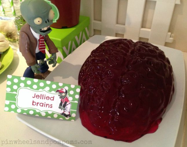 Jelly (Jell-O) brains at a Plants vs Zombies party. Cute food tents to go with themed food.