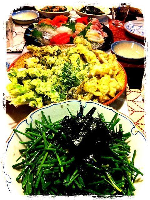コシアブラ、つくし、こごみ、ふゆな、ウド、クレソン。採ってきたり、もらったりを天ぷらに! アサツキは、何故か野生で生えてるらしい。を、塩麹、ニンニクすりおろし、生姜少々、胡麻油でいただきました(^^) - 12件のもぐもぐ - 山菜の天ぷら.野生のアサツキでニンニク塩麹和え.手巻き寿司などなど。 by miigreen