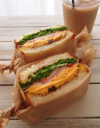 蜂蜜クリームチーズとピリ辛サルサのコラボレーション。いろいろな味がひとつのサンドイッチでたっぷりと楽しめちゃいます。