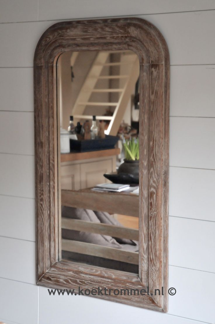 spiegel met een lijst van geborsteld eikenhout