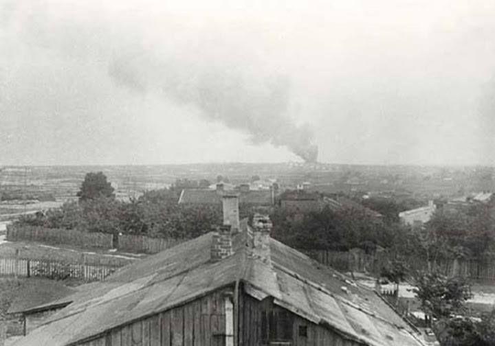 1944 – Dym z palenia zwłok unoszący się nad Majdankiem.