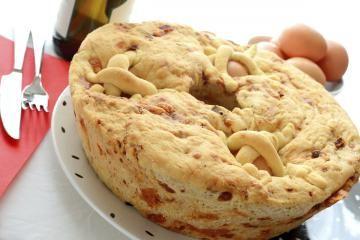 CASATIELLO RUSTICO è un ciambellone salato farcito con salame, formaggio e uova. Una vera golosità della tradizione campana