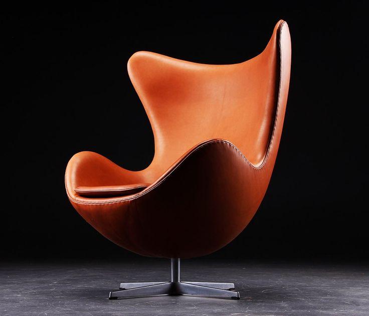 """""""Egg, sempre Egg...""""  A Poltrona Egg foi desenhada pelo arquiteto e decorador Arne Jacobsen, em 1958. Ele projetou o Hotel Royal SAS, de Copenhagem, e criou a cadeira especialmente para o hotel. A cadeira recebeu este nome devido a sua geometria, parecida com um ovo. É um dos projetos mais conhecidos do profissional e símbolo de sofisticação urbana."""