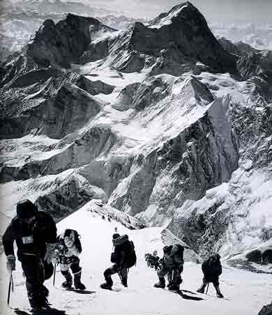 Anatoli Boukreev, Mike Groom, Jon Krakauer, Andy Harris, and a long line of climbers on the Everest upper Southeast Ridge, with Makalu behind, on May 10, 1996 - Into Thin Air Illustrated Edition (Jon Krakauer) This Day in History: May 10, 1996: Death on Mount Everest http://dingeengoete.blogspot.com/